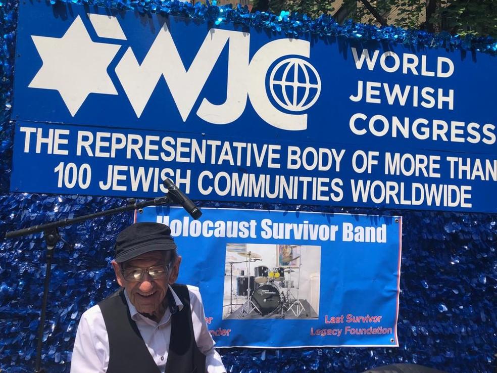 Saul tocando no dia 2 de junho na Parada de Israel, em Nova York. — Foto: Arquivo pessoal/Sylvia Kahana