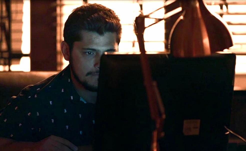 Bernardo (Bruno Gissoni) entra na sala escura e invade computador de Fabiana (Nathalia Dill), em 'A Dona do Pedaço' — Foto: Globo
