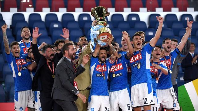 O capitão Insigne ergue a sexta Copa Itália do Napoli