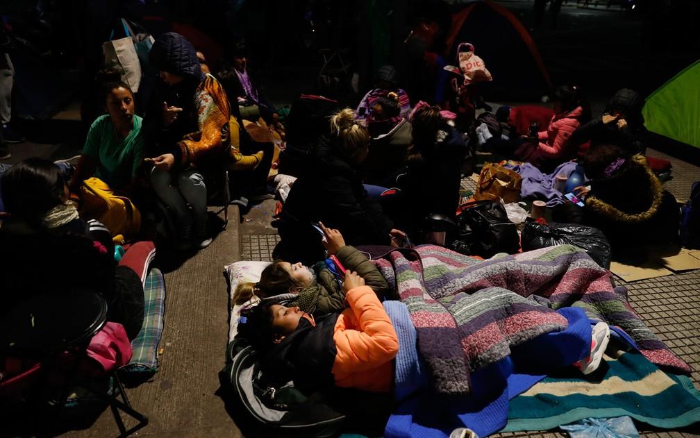 Manifestantes acampam do lado de fora do Ministério do Desenvolvimento Social, em Buenos Aires, na Argentina, na quarta-feira (4) — Foto: AP Photo/Natacha Pisarenko