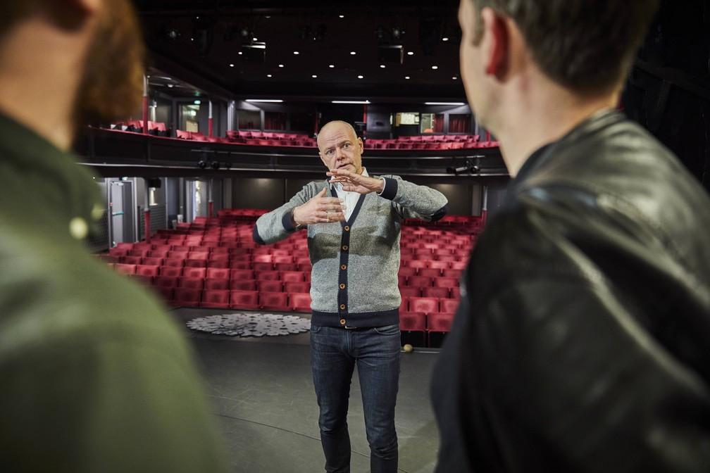 Os pacientes do projeto dinamarquês de 'vitamina cultural' sobem ao palco de um teatro e participam de oficina de linguagem corporal com dois atores — Foto: Divulgação/Kulturvitaminer