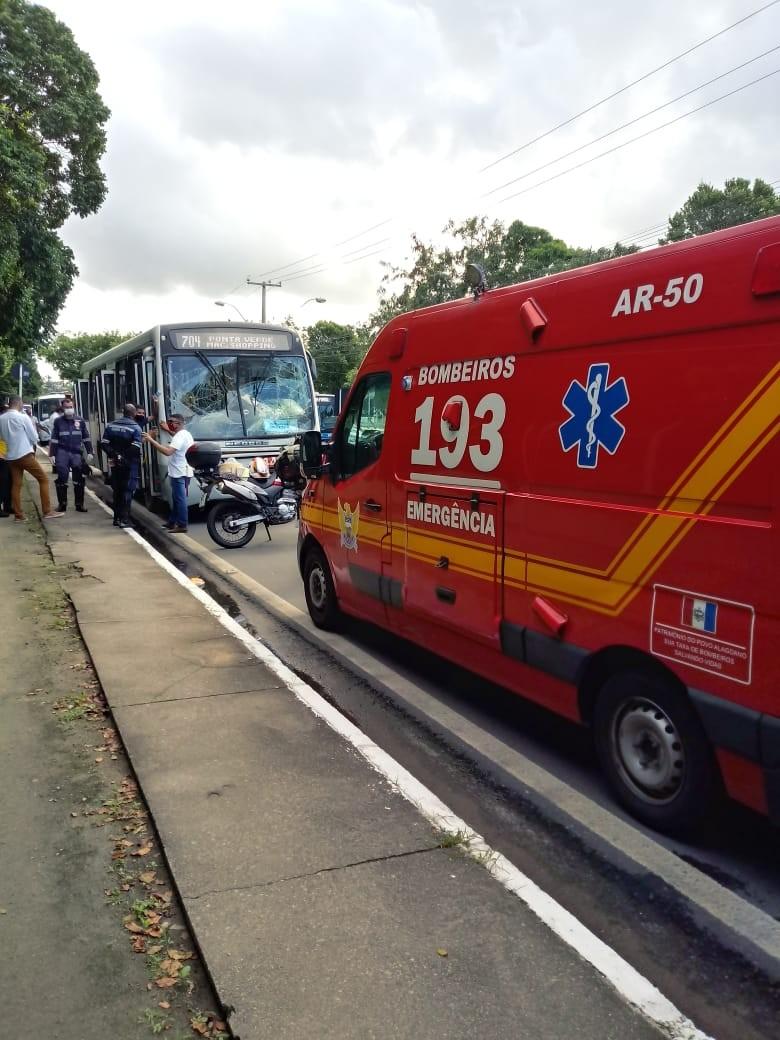 Nove pessoas ficam feridas em colisão entre dois ônibus na Av. Fernandes Lima, em Maceió