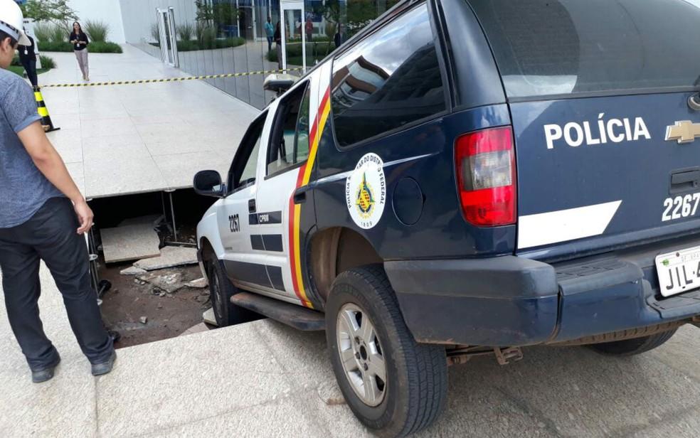 Carro da PM afunda em piso elevado de prédio no SIG, no DF (Foto: Arquivo pessoal)