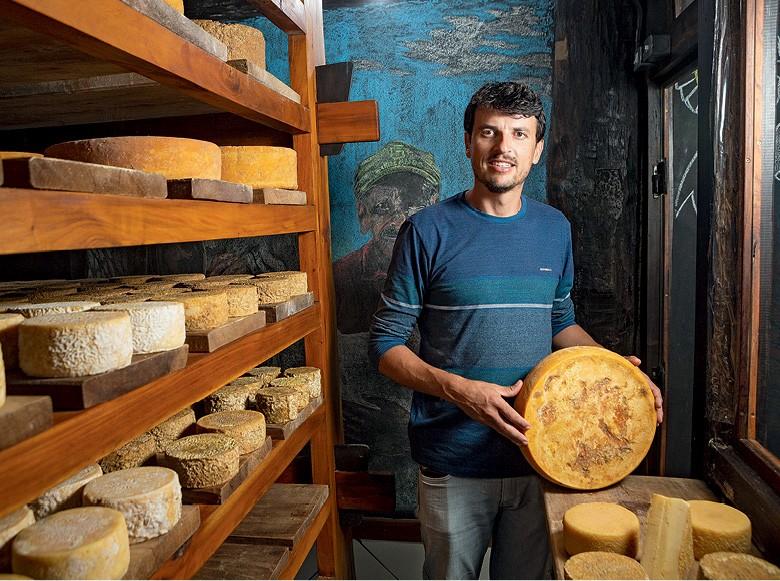 Queijo Artesanal: Túlio Madureira e os queijos  que produz  na região do Serro (MG) (Foto: Fernando Martinho)