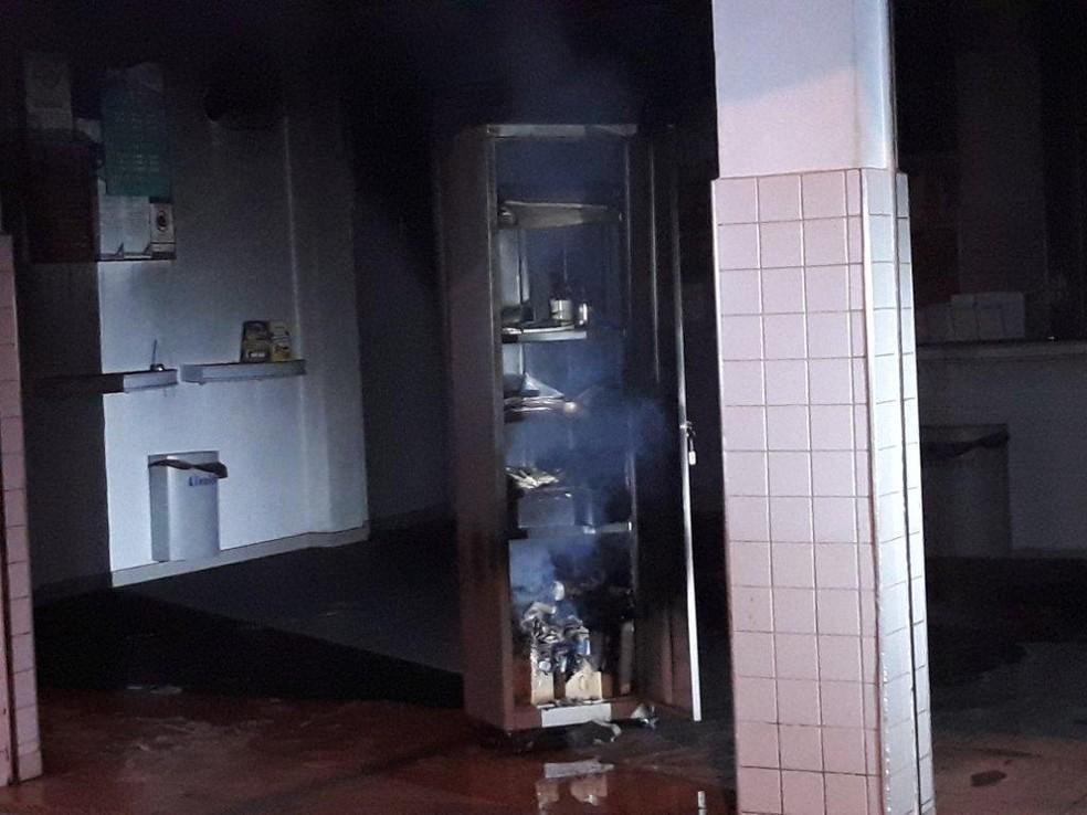 Armário que estava ao lado do ar-condicionado ficou queimado: suspeita é de curto-circuito — Foto: João Trentini/Divulgação