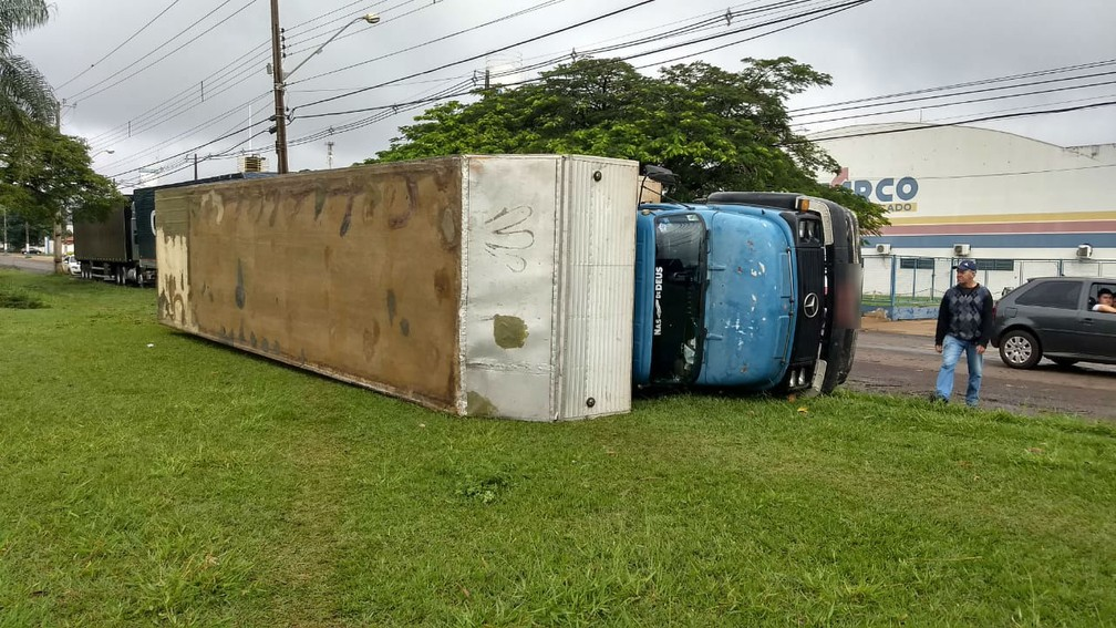 Caminhão tombou com a força do vento na cidade, segundo o Corpo de Bombeiros  — Foto: Victor Hugo Bittencourt/RPC