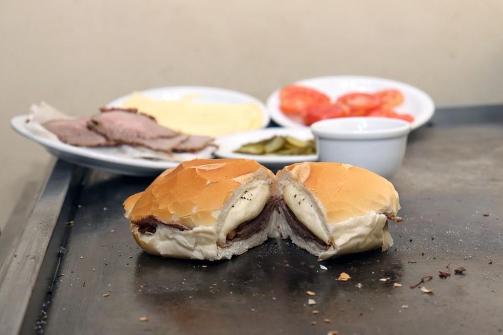 Receita do famoso sanduíche bauru leva pão francês sem miolo, queijo mussarela derretido na água, rosbife, tomate e picles — Foto: Prefeitura de Bauru/ Divulgação