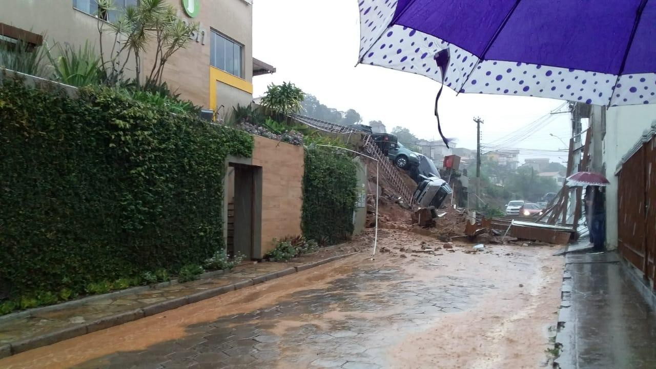 Chuva provoca queda de muro em Diamantina e carros ficam à beira de barranco