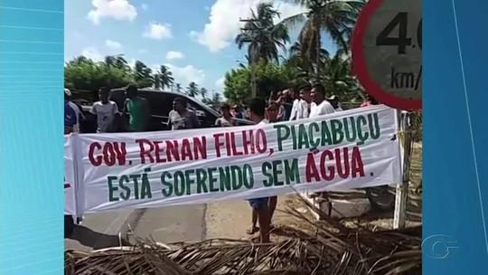 Protesto contra falta d'água fecha rodovia entre Piaçabuçu e Penedo, em AL