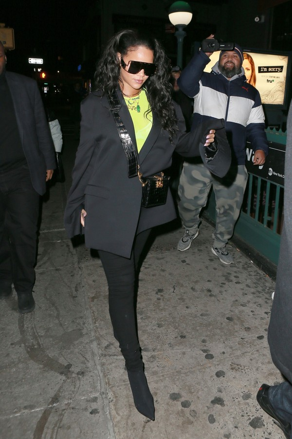 New York, NY  - Pop superstar Rihanna was seen rocking a blazer and some designer shades for an appearance at Sound of Brazil nightclub in New York.Pictured: RihannaBACKGRID USA 14 JANUARY 2019 USA: +1 310 798 9111 / usasales@backgrid.comU (Foto: BACKGRID)