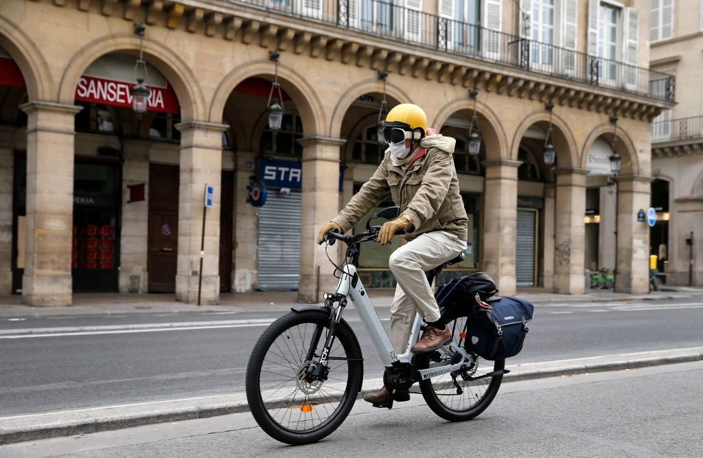 "PARIS, FRANCE - MAY 05: A man wearing a protective face mask rides his electric bicycle in the deserted and car-free ""rue de Rivoli"" as the lockdown continues due to the epidemic of coronavirus (COVID-19) on May 05, 2020 in Paris, France.The mayor of Pari (Foto: Getty Images)"