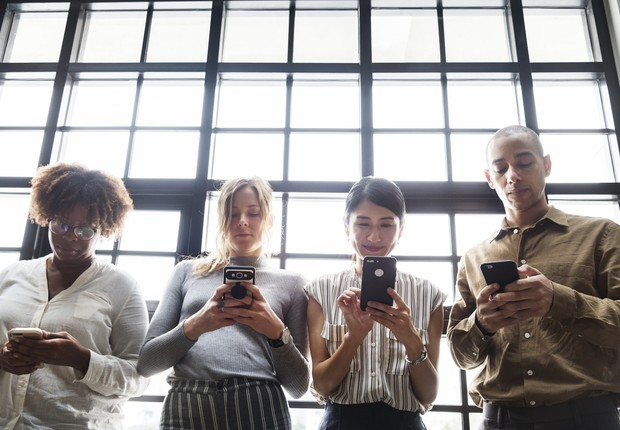 Pessoas usando smartphones (Foto: Pexels)