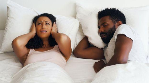 Pessoas que roncam têm mais chances de desenvolver batimentos cardíacos irregulares e até sofrer um derrame (Foto: Getty Images/BBC)