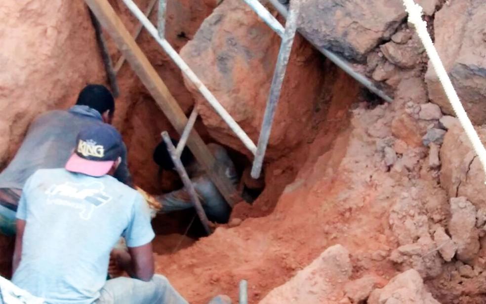 Homem fica soterrado em acidente de trabalho (Foto: Blog do Sigivilares)