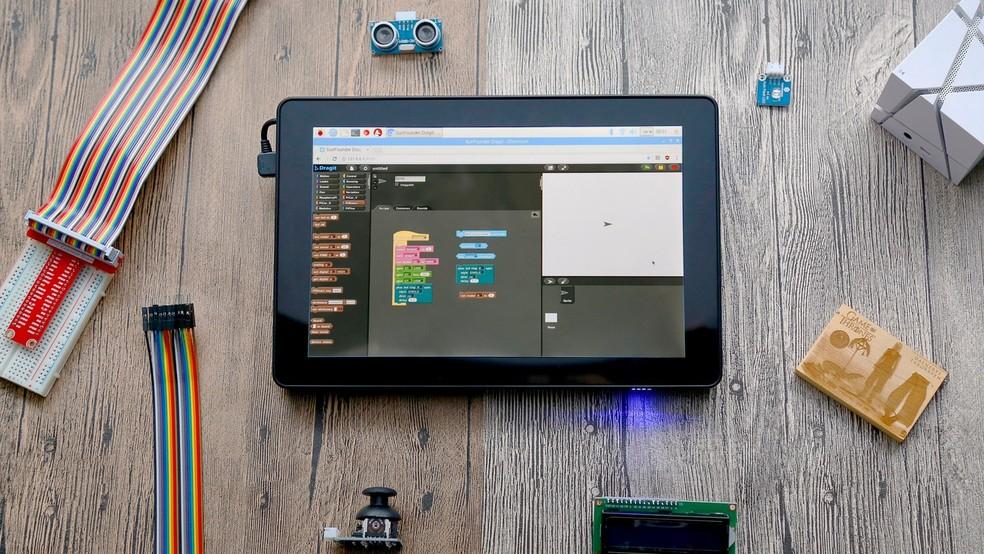 Tela touch, além de cases, também são encontrados na Internet para quem deseja criar seu próprio tablet — Foto: Divulgação/RasPad
