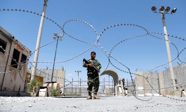 Militar afegão patrulha entrada da da base aérea de Bagram