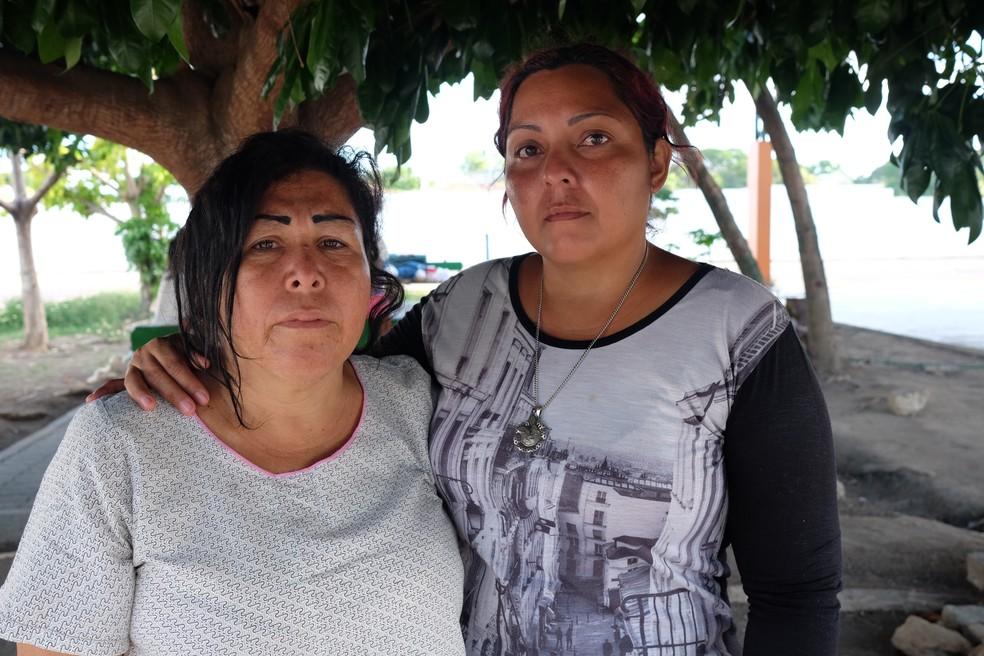 Amparo Urdaneta (à esquerda) e Rinna Almeida tiveram todos os bens queimados, incluindos os documentos de identidade e passaporte (Foto: Inaê Brandão/G1 RR)