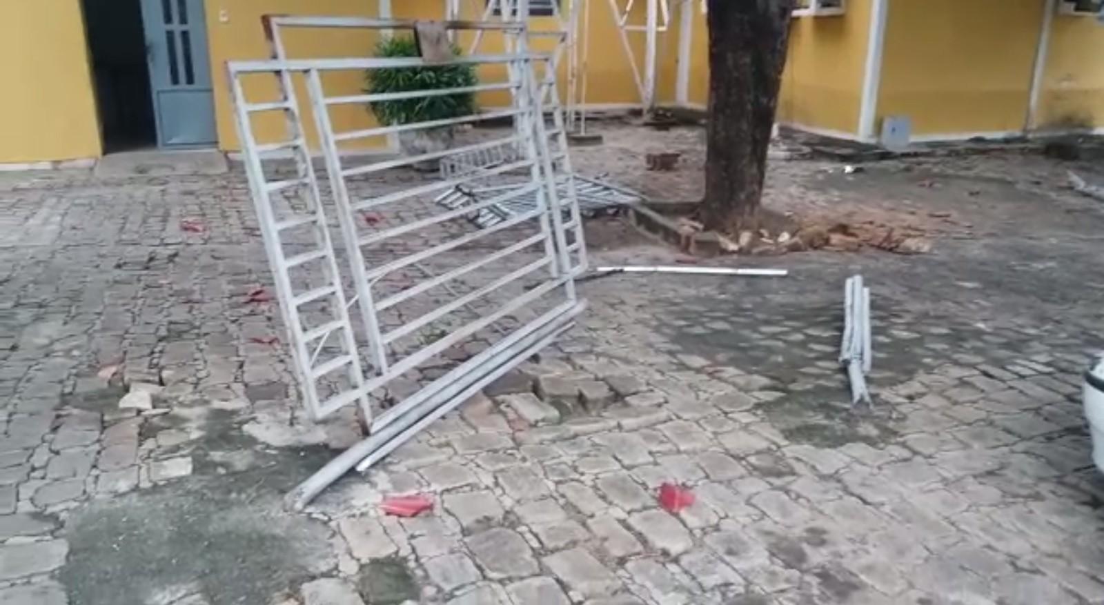 Caminhonete desgovernada derruba grade de proteção e muro da sede da TV Clube em Floriano