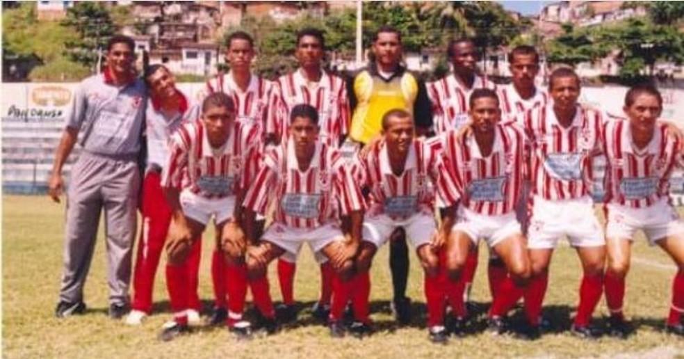 Robinho foi campeão em 2000 da Segunda Divisão do Alagoano. Na formação, ele é o quarto em pé da esq. para dir. — Foto: Ascom/Penedense