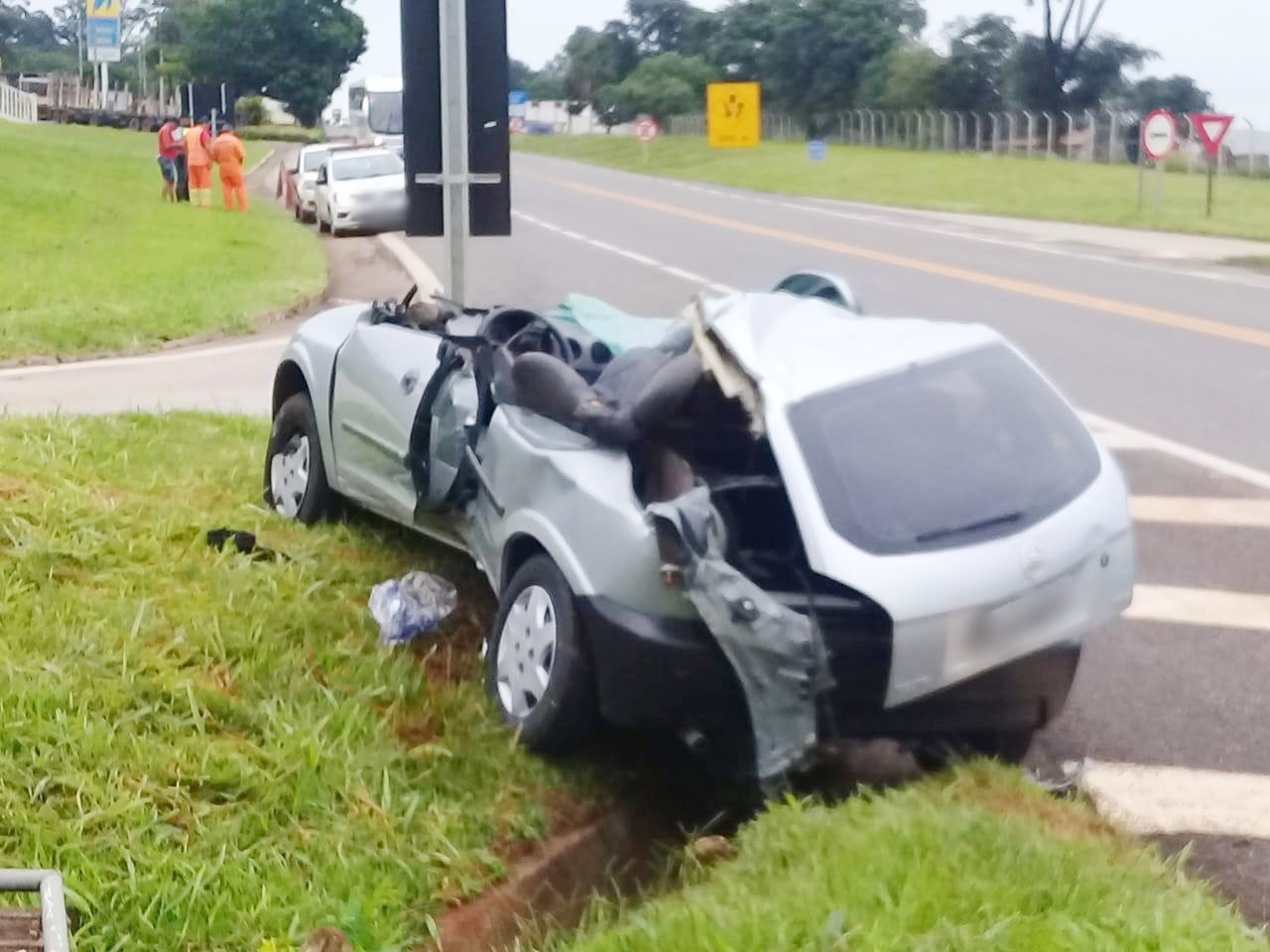 Motorista fica ferido após batida entre carro e caminhão em rodovia de Itararé