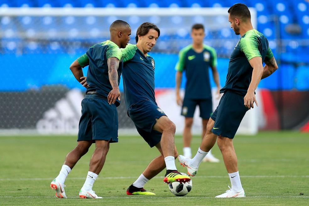 Douglas Costa e Geromel em treino da Seleção — Foto: Buda Mendes/Getty Images