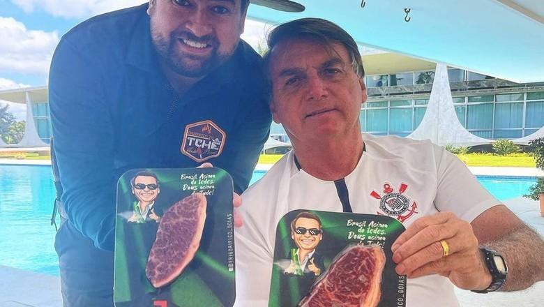 Presidente Jair Bolsonaro comendo churrasco em que picanha custava R$ 1,8 mil o quilo (Foto: Reprodução/Redes Sociais)