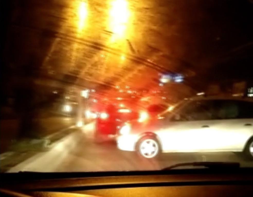 Motoristas voltam na contra-mão de avenida durante tiroteio em Natal (Foto: Reprodução/Vídeo)