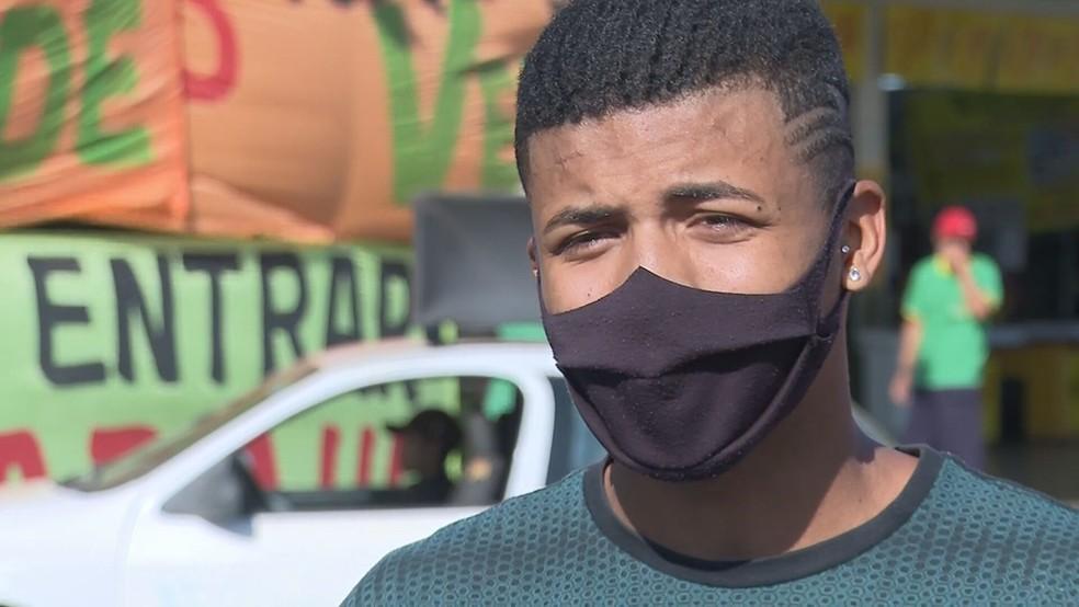 Douglas Ferreira, de 18 anos, diz ter sofrido racismo no trabalho, no DF — Foto: TV Globo/Reprodução