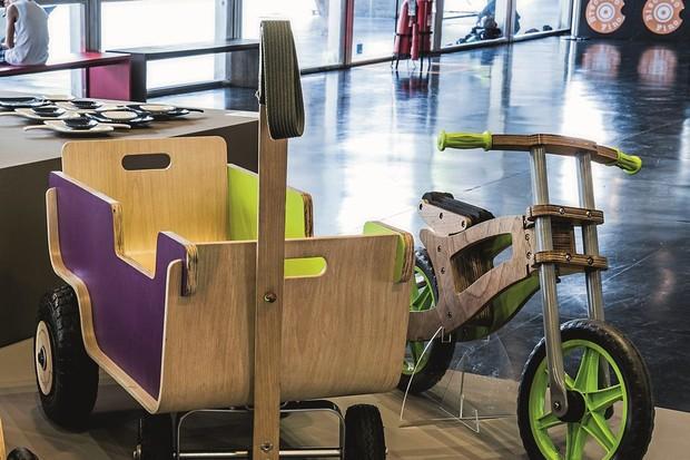 O carrinho Boró e a bike Zimba, peças do Estúdio Baobá produzidas com o OITIS 55, apostam numa marcenaria criativa e lúdica (Foto: Divulgação/Oitis 55)