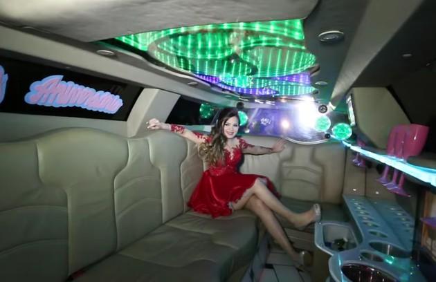 Viih chegou à festa a bordo de uma limousine. O veículo tinha decoração na parte interna (Foto: Reprodução / YouTube)