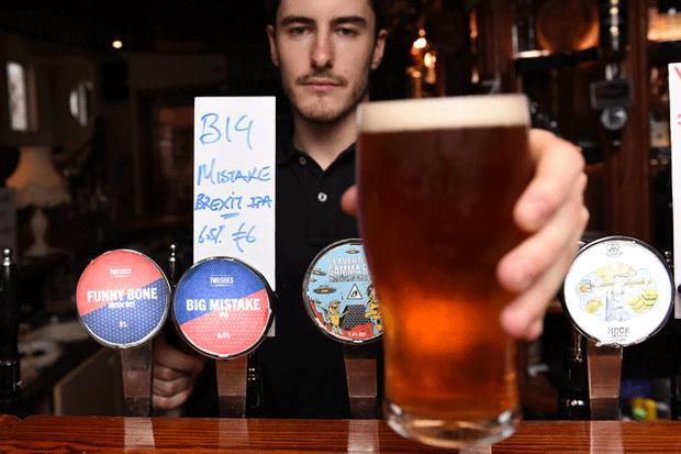 Bar cria cerveja em 'homenagem' a Brexit na Irlanda (Foto: Clodagh Kilcoyne/Reuters)