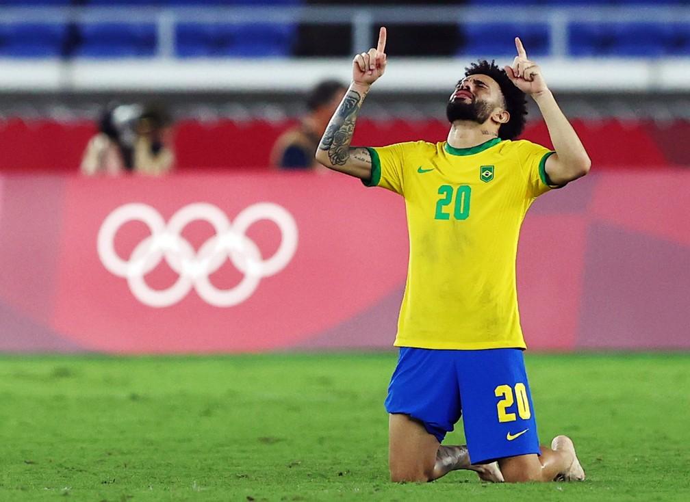 Claudinho comemora a conquista da medalha de ouro nos Jogos Olímpicos de Tóquio-2020 — Foto: Reuters