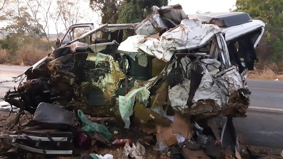 Van que se envolveu no acidente em Patos de Minas (MG) na madrugada deste domingo (20) — Foto: Polícia Rodoviária Federal/Divulgação