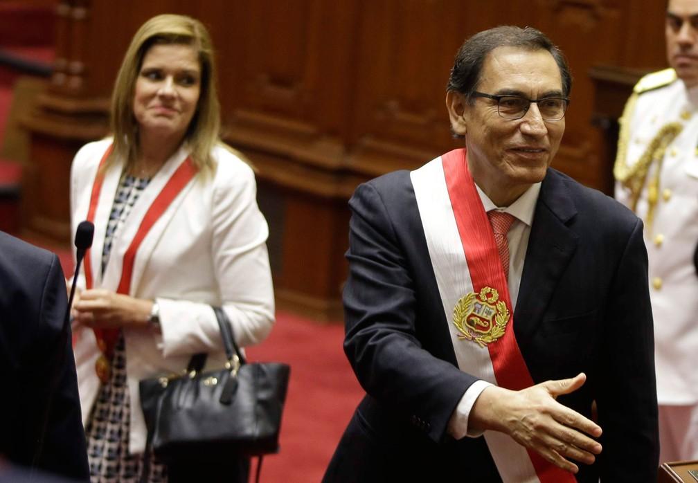 Foto mostra presidente do Peru, Martín Vizcarra, logo após ser empossado ao lado de Mercedes Aráoz, em 23 de março de 2018 — Foto:  Martin Mejia/AP