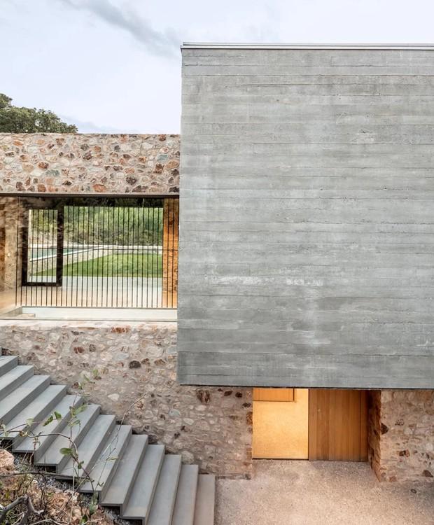 Escadas de concreto dão acesso aos diferentes níveis da casa. Há uma na entrada e outras espalhadas pela construção (Foto: Nordest Arquitectura/ Reprodução)