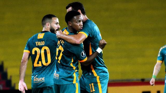 Yago, Kayky e Nenê, do Fluminense, em jogo contra o Junior Barranquilla