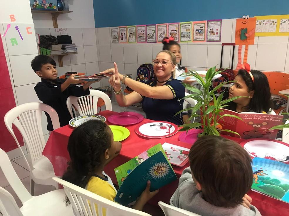 'Restaurante da leitura' em escola na Ponta Verde, em Maceió, tem como objetivo fomentar os alunos aos livros e deixar o uso de tecnologias de lado — Foto: Michelle Farias/G1