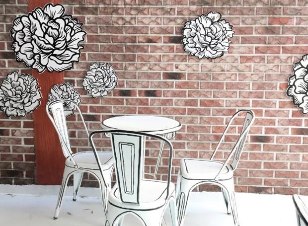 Do lado de fora, algumas cores aparecem, como nos tijolos desenhados na parede (Foto: Café Yeonnam-dong/ Reprodução)