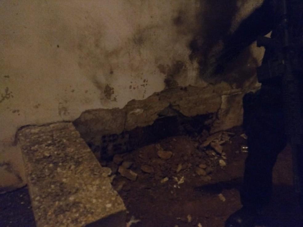 Buraco foi aberto no muro com a explosão — Foto: Divulgação