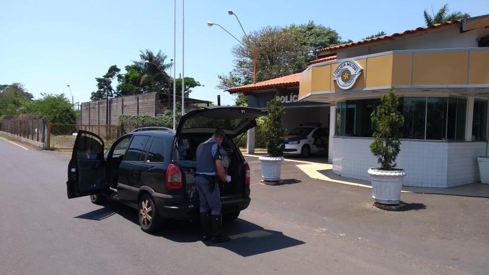 O carro da família e a mercadoria foram apreendidos para conferência pela Receita Federal (Foto: Divulgação / Polícia Rodoviária Estadual)
