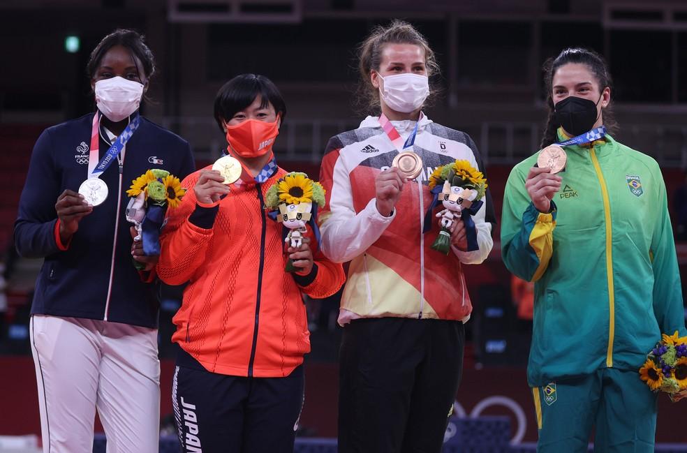 Mayra Aguiar (dir.) posa com as demais medalhistas no pódio do judô até 78kg em Tóquio — Foto: Chris Graythen/Getty Images