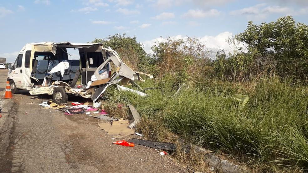 Van ficou totalmente destruída em acidente — Foto: Julianne Barreto/Inter TV Cabugi