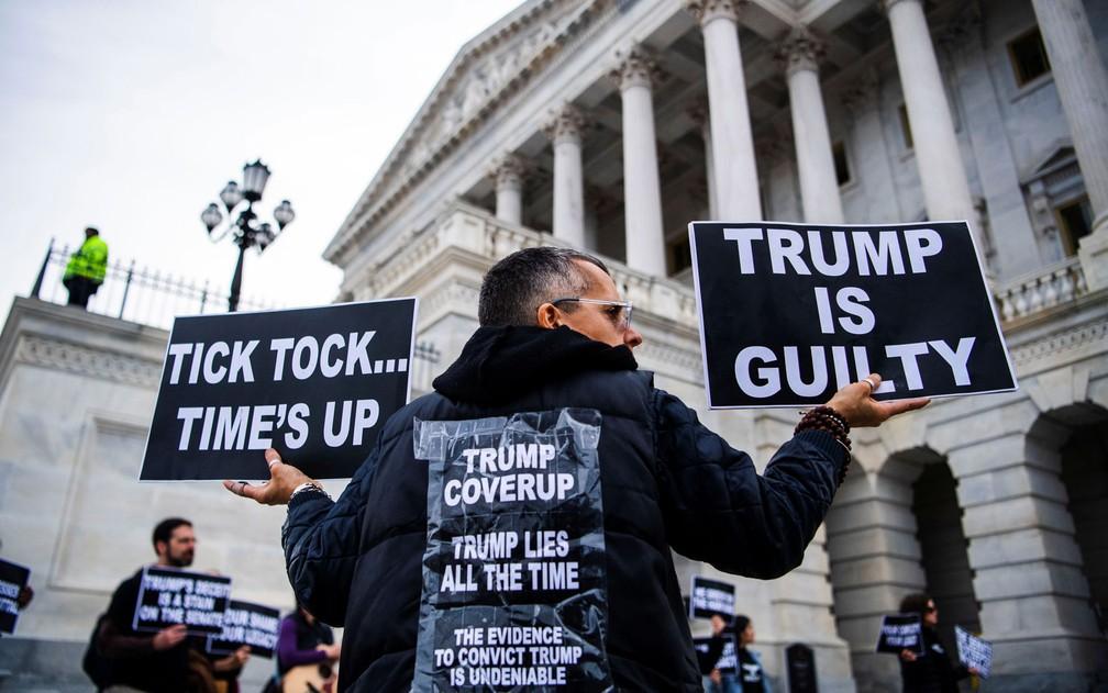 Manifestante é visto do lado de fora do Capitólio, em Washington, durante o julgamento do impeachment do presidente Donald Trump, na segunda-feira (3) — Foto: Reuters/Amanda Voisard