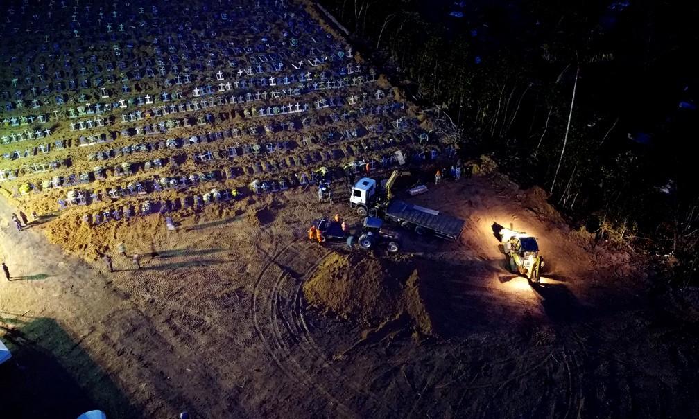 Caixões são enterrados empilhados em valas comuns, no Cemitério Nossa Senhora de Aparecida, em Manaus. — Foto: Chico Batata/Divulgação