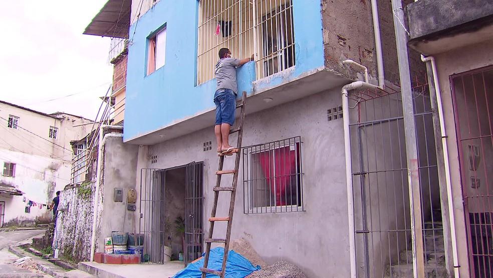Filho sobe em escada para falar com mãe idosa sem quebrar o isolamento social — Foto: Reprodução/TV Globo