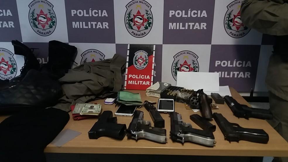Polícia apreendeu armas, documentos, munições, drogas e fardamento da PM — Foto: Major Túlio Ramalho/4ª CIPM/Arquivo