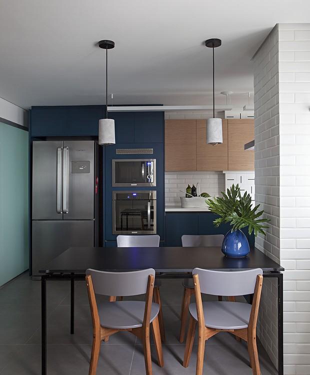 Mantida isolada da área social, a cozinha pôde brincar livremente com a cor  (Foto: Gui Morelli/Divulgação Produção: Núria Uliana)