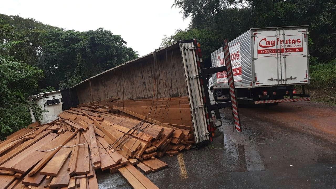 Caminhão tomba e BR-153 fica interditada por mais de três horas na região sul do Tocantins