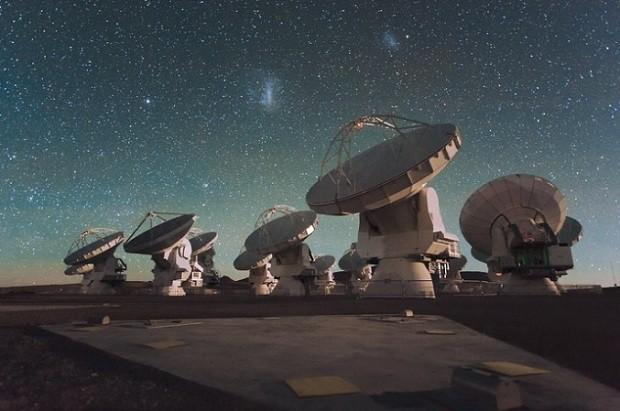Antenas do Atacama Large Millimeter/submillimeter Array (ALMA), no planalto do Chajnantor nos Andes chilenos (Foto: ESO/C. Malin)