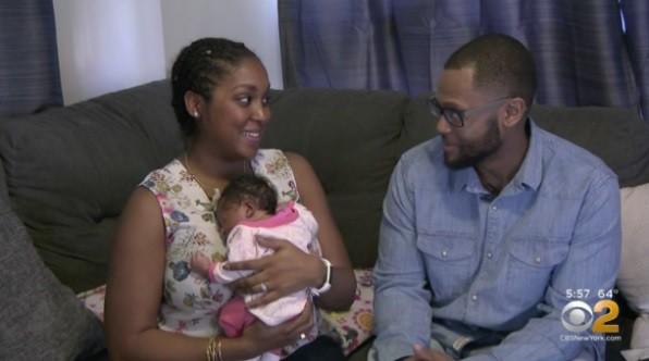 Melissa, sua bebê e o marido (Foto: Reprodução CBS New York)